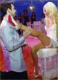 Christina Aguilera How tall is the guy behind her in the third pic? 8'3'? Foto 322 (Кристина Агилера Каким является высокий парень за ней в третьем ПИК?  Фото 322)