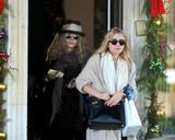Olsen twins (Сестры Олсен: Мэри-Кейт и Эшли) - Страница 5 Th_43785_Preppie_-_Mary-Kate_and_Ashley_Olsen_Christmas_shopping_in_West_Hollywood_-_Dec._24_2009_595_122_25lo