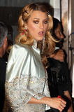 http://img13.imagevenue.com/loc409/th_80410_blake-lively-on-set-of-gossip-girl-in-nyc-20090903-7_122_409lo.jpg