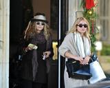 Olsen twins (Сестры Олсен: Мэри-Кейт и Эшли) - Страница 5 Th_43858_Preppie_-_Mary-Kate_and_Ashley_Olsen_Christmas_shopping_in_West_Hollywood_-_Dec._24_2009_471_122_535lo